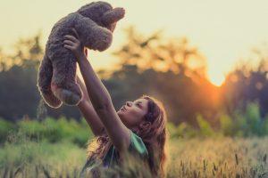 ילדה מחזיקה בובה