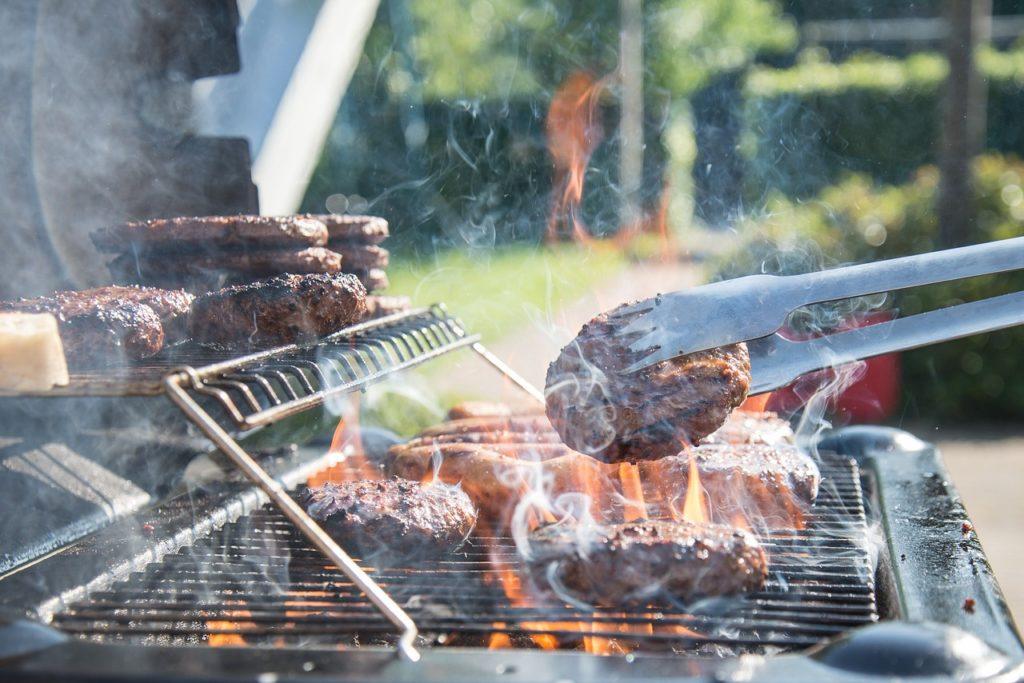 בשר עם מנגל על האש